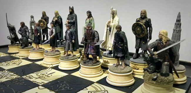 The Battle for Middle Earth Chess Set