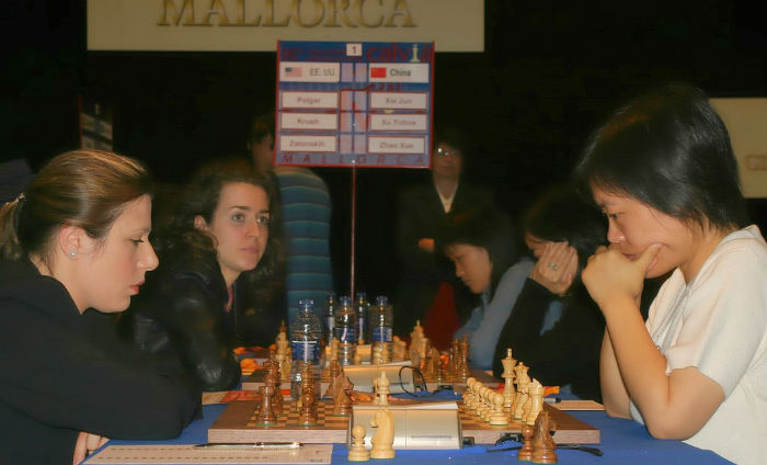 Susan Polgar and Xie Jun at the chess Olympiad in 2004